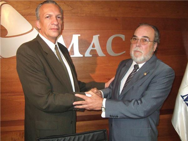 Manuel Rodríguez y Pedro Hernández Reverón se felicitan durante la presentación del FORO MAC