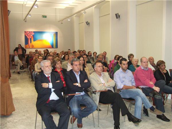 El salón de actos de MAC, repleto de un público atento