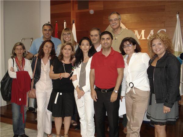 El doctor Carlos Arribas con algunos de los asistentes