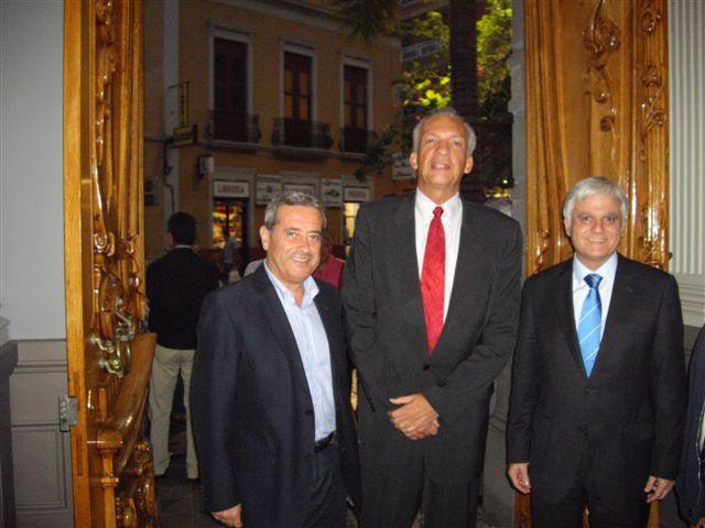 (de izq. a dcha.) El senador Aurelio Abreu, Manuel Rodríguez y José Miguel Pérez en la Mutua de Canarias