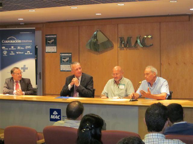 De izquierda a derecha: Jose Manuel Baltar, Gerente del Grupo San Roque-Meloneras; Manuel Rodriguez, Director-Gerente de MAC, y los cirujanos Guy Foucher y Jose Antonio Medina