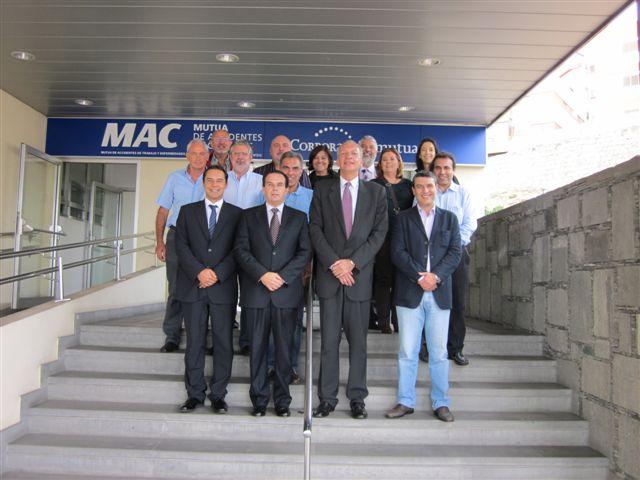 Manuel Rodriguez con parte del equipo medico de MAC acompañado por su director de comunicación Victor Alamo y el responsable de la clínica MAC-Las Palmas Alberto Vidal-Ribas