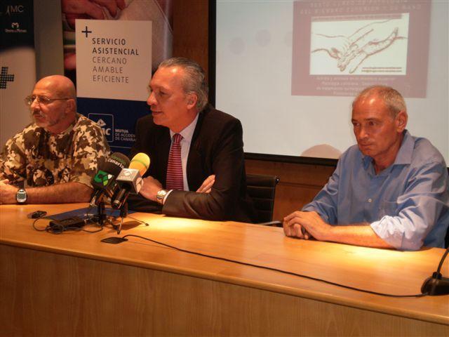 Los doctores Foucher (izq) y Medina (drch) acompañan a Manuel Rodríguez, director Gerente de MAC