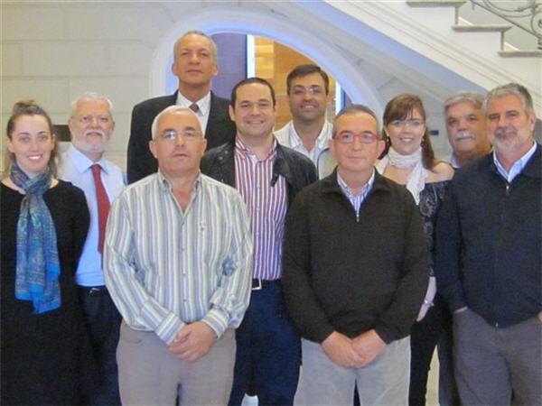 El Director Gerente acompañado por todos los firmantes del nuevo convenio laboral