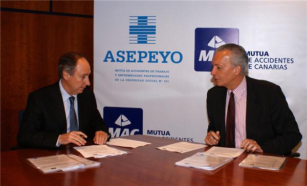 Jorge Serra y Manuel Rodríguez firman el acuerdo entre MAC y Asepeyo