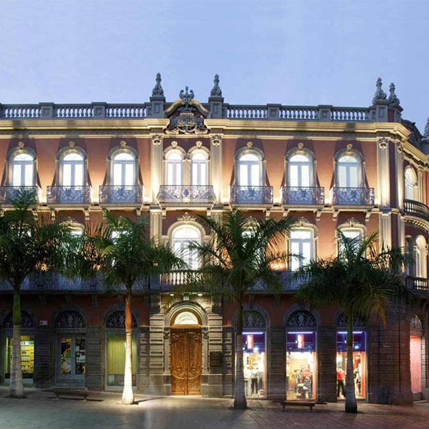Edificio Elder iluminado de noche, sede de MAC en Santa Cruz de Tenerife
