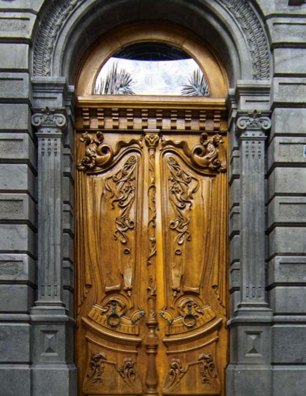 Puerta principal de estilo modernista del Edificio Elder, Sede de MAC en Santa Cruz de Tenerife