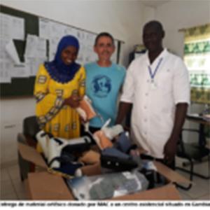 Imagen De Un Centro En Gambia Recibiendo Material Médico